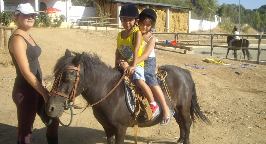 Niños Montando durante un Campamento- Cortijo Las Minas